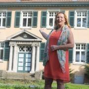 Burgdorf tut gut. Hier kann man es sehen. Erika Englitz vor dem Rathaus II in Burgdorf, der ehemaligen Landratsvilla