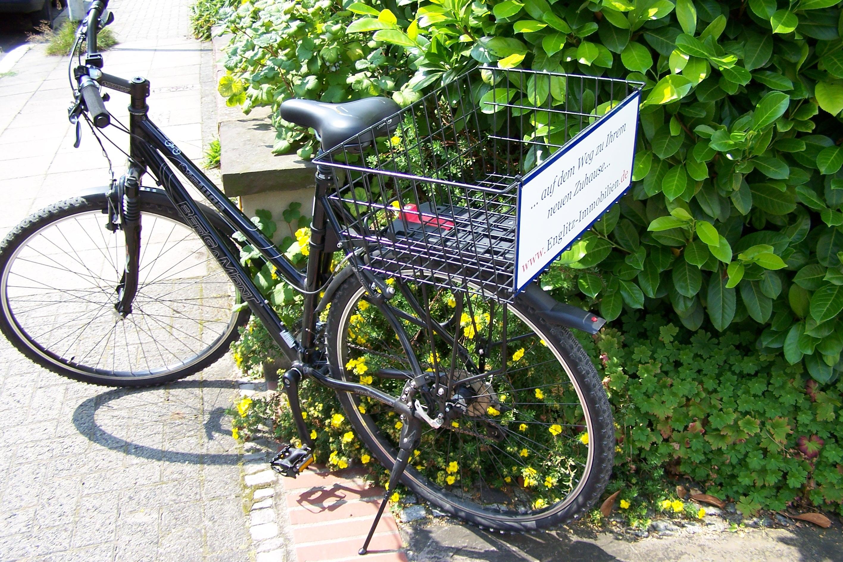 Fahrrad mit Werbeschild aus den Anfängen der Firma Englitz Immobilien