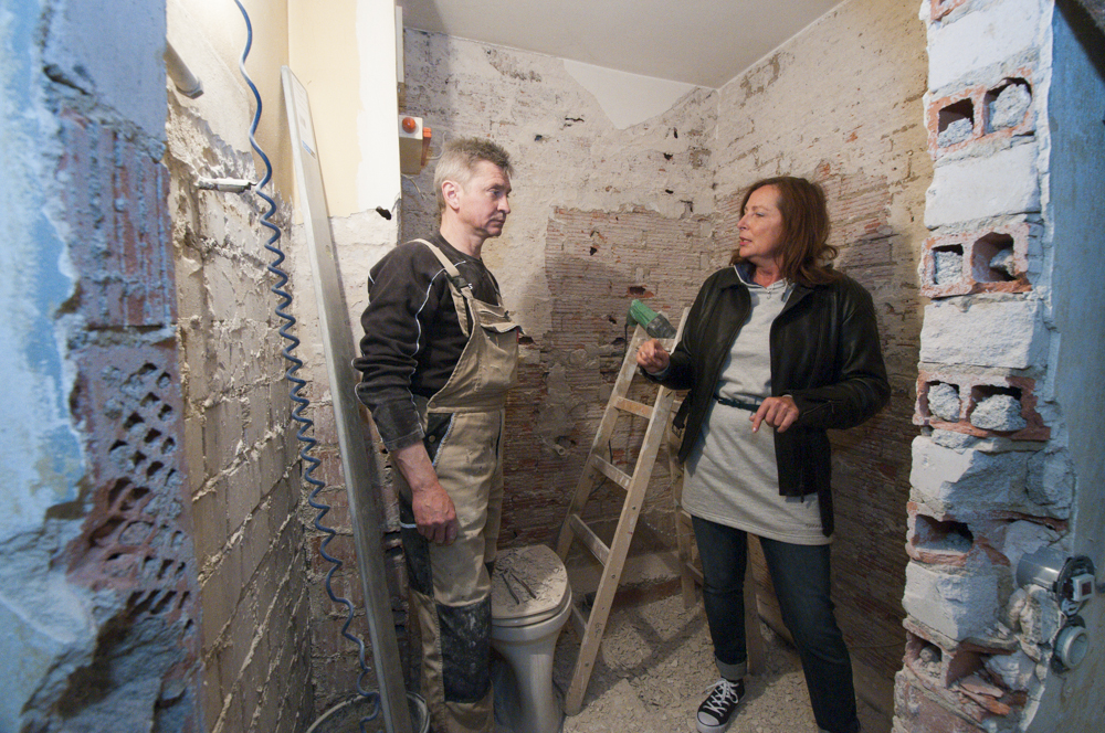 Erika Englitz im Gespräch mit einem Handwerker anlässlich der Renovierung einer Mietwohnung