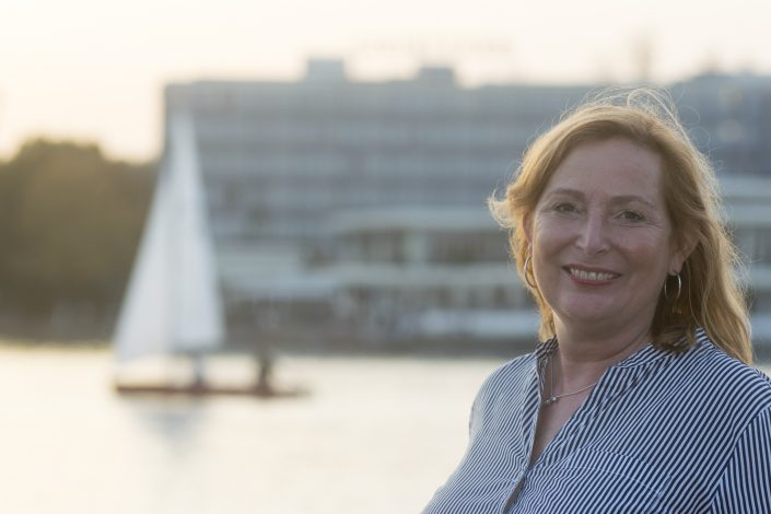 Und zwischendurch ist auch immer mal wieder Zeit für eine Pause: Erika Englitz am Maschsee.