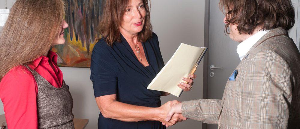 Erika Englitz-Schönke nach der Unterzeichnung des Kaufvertrages beim Notar mit zwei glücklichen neuen Hausbesitzern