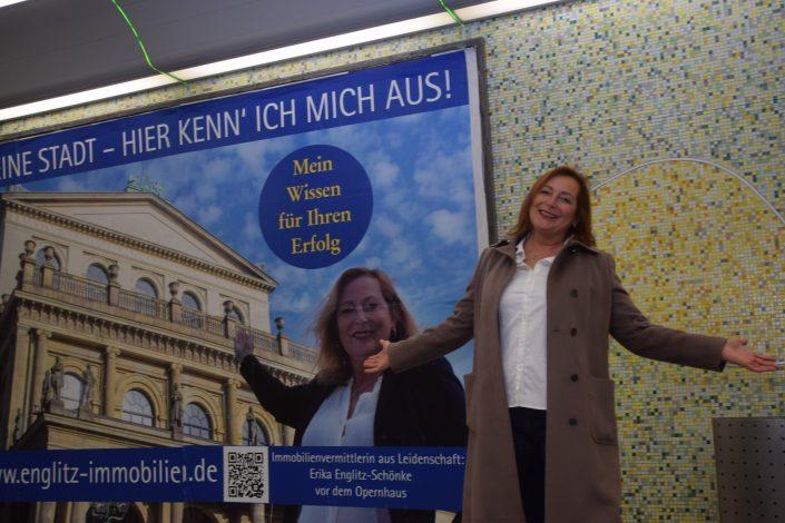 Noch so eine neue Werbeform, mit der Englitz Immobilien auf sich aufmerksam macht: Großplakate, auf denen ich mich an meinen Lieblingsplätzen zeige.